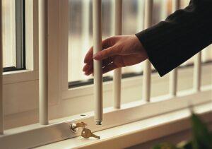 Какие меры предпринять, чтобы маленький ребенок не выпал из окна