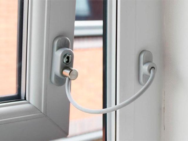 Как установить ограничитель на пластиковое окно самостоятельно